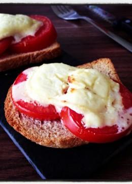 Tartines au fromage de chèvre chaud et tomates