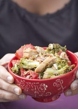 Salade gourmande de brocolis aux tomates et croûtons
