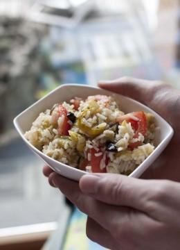 Salade de riz aux légumes grillés et tomates