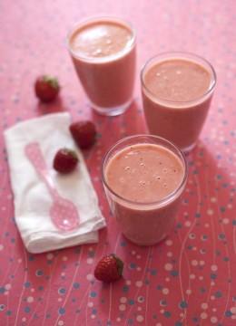 Smoothie fraises, pêche et lait d'amande maison