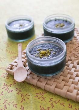 Pudding aux graines de chia, banane et spiruline – dessert sans lactose
