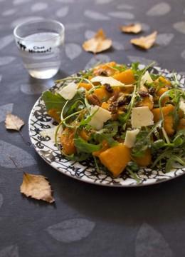 Salade de potimarron rôti au sirop d'érable, noix et raisins