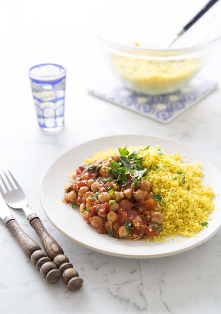 Photo de la recette : Pois chiches à la tomate, semoule épicée