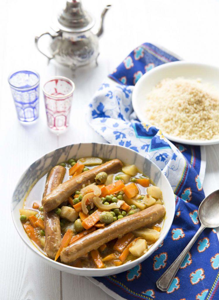 Photo de la recette : Couscous printaniers aux saucisses végétales, olives et citron confit