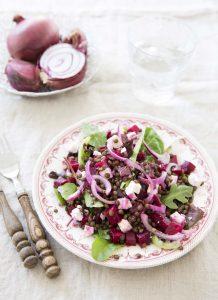 Salade gourmande lentilles, feta, betterave et oignon rouge