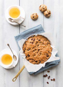 One pan cookie vegan aux pépites de chocolat et raisins secs