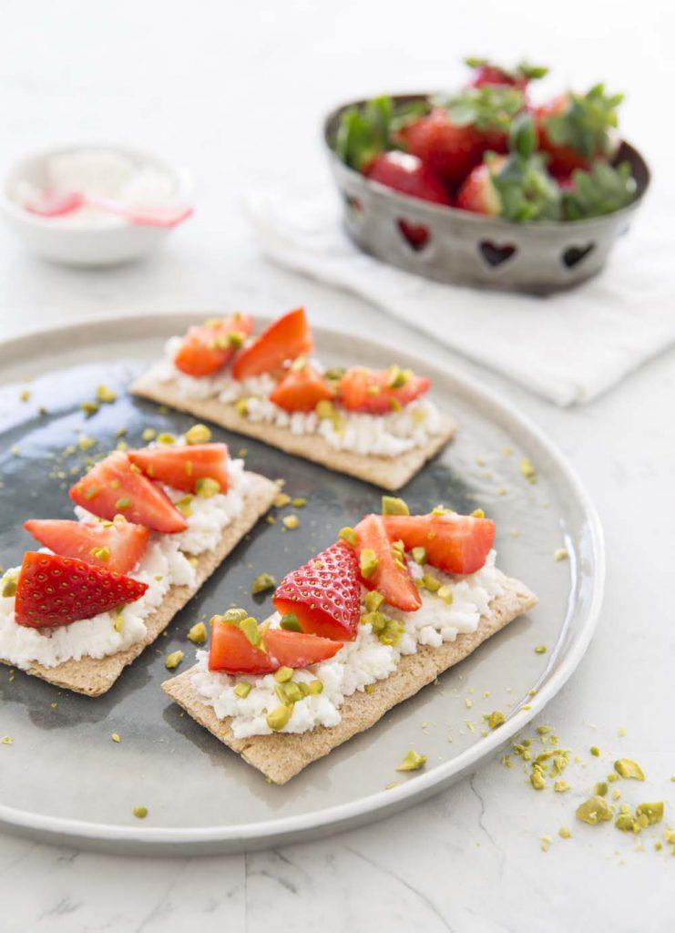 Photo de la recette : Tartines au fromage de chèvre frais, fraises et pistaches