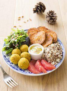 Buddha bowl d'automne aux boulettes de haricots et patates douces rôties